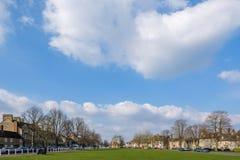 WITNEY, OXFORDSHIRE/UK - 23 DE MARZO: Visión desde la iglesia t del ` s de St Mary Imagenes de archivo