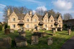 WITNEY, OXFORDSHIRE/UK - 23. MÄRZ: Häuser nahe dem Kirchhof herein Lizenzfreie Stockfotografie