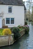 WITNEY, OXFORDSHIRE/UK - 23. MÄRZ: Malerisches Häuschen neben t Stockbild