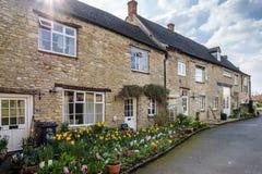 WITNEY, OXFORDSHIRE/UK - 23. MÄRZ: Reihe von Honey Coloured Houses Stockbild