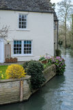 WITNEY, OXFORDSHIRE/UK - MARCH 23 : Picturesque Cottage beside t. He River Windrush at Witney in Oxfordshire on March 23, 2017 Stock Image