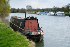 WITNEY OXFORDSHIRE/UK - MARS 23: Kanalfartyg på floden Tham Royaltyfria Foton
