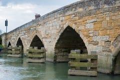WITNEY OXFORDSHIRE/UK - MARS 23: Sikt av den nya bron över Arkivfoton