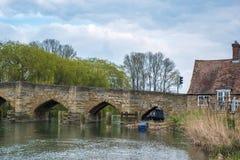 WITNEY OXFORDSHIRE/UK - MARS 23: Sikt av den nya bron över Royaltyfri Foto
