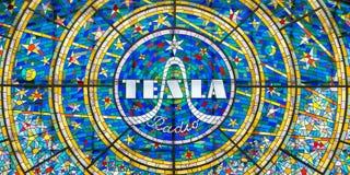 Witraż mozaika reklamuje Tesla radio zdjęcia stock