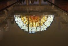 Witrażu okno odbijał w pływackim basenie i przemysle przy losu angeles Piscine muzeum sztuki, Roubaix Francja fotografia royalty free