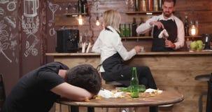 Witress prova a svegliare un cliente ubriaco che ammalato archivi video