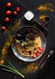 Witrussisch Nationaal voedsel - draniki Traditioneel het eten concept Donkere achtergrond met plaat met pannekoek met vlees met g stock foto's