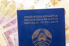 Witrussisch paspoort en geld stock afbeelding