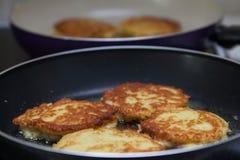 Witrussische aardappelpannekoeken die in een pan worden gebraden Royalty-vrije Stock Afbeeldingen