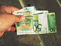 Witrussische roebels in handen Stock Afbeelding