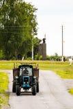Witrussische tractor in het dorp van Igovka op de weg wit-rusland royalty-vrije stock fotografie