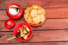 Witrussische traditionele keuken: aardappelpannekoeken met gebraden bacon stock afbeeldingen
