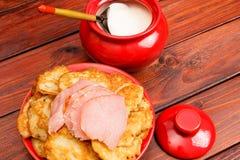 Witrussische traditionele keuken: aardappelpannekoeken met vlees en s stock foto's