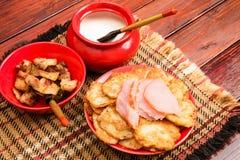 Witrussische traditionele keuken: aardappelpannekoeken met vlees en s royalty-vrije stock fotografie