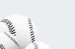 Witte achtergrond met stapel van geïsoleerd baseballs Stock Foto