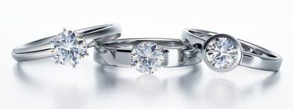 Witte achtergrond van drie de geïsoleerde diamantringen stock illustratie