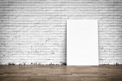 Witte affiches op bakstenen muur en houten vloer Stock Foto's
