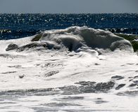 Witte afgedekte golf in de oceaan Stock Afbeeldingen