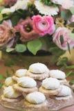 Witte afgeroomde koekjes en een roze boeket royalty-vrije stock afbeeldingen