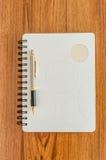 Witte agenda en gouden pen Stock Afbeeldingen
