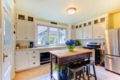 Witte antiquiteit geremodelleerde keuken met zwart eiland. Royalty-vrije Stock Afbeeldingen