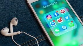 Witte Apple-iPhone met pictogrammen van sociale media pictogrammen met tellers stock footage