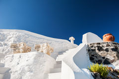 Witte architectuur tegen de donkerblauwe hemel Stock Foto's