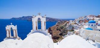 Witte architectuur van Oia stad op Santorini-eiland Stock Foto