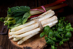 Witte asperge en rabarber stock afbeelding
