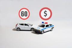 Witte auto en politiewagen en twee tekens boven hen Stock Foto's
