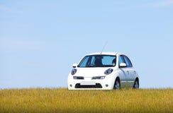 Witte auto op een heuvel stock afbeelding