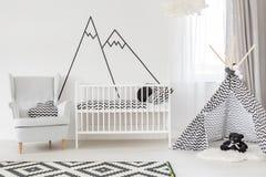 Witte babyruimte met wieg stock foto