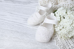 Witte babyschoenen Stock Foto