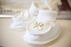 Witte babyschoenen Stock Afbeeldingen