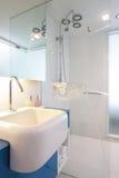 Witte badkamers stock fotografie