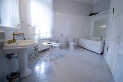 Witte badkamers royalty-vrije stock afbeeldingen