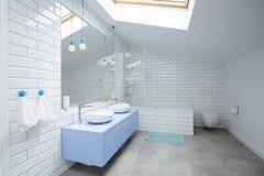 Witte badkamers in de zolder royalty-vrije stock afbeelding