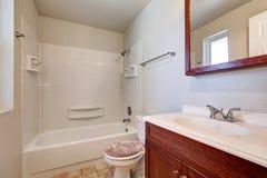 Witte badkamers met het kabinet van de mahonieijdelheid Royalty-vrije Stock Foto