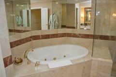 Witte badkuip en messingskranen Royalty-vrije Stock Foto