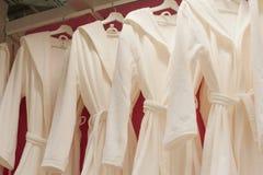 Witte badstof robes in de kast stock afbeeldingen