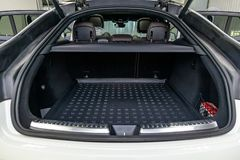 Witte bagageruimte in het lichaam van de SUV-vijfdeursauto met open achterdeuren en binnenland royalty-vrije stock foto