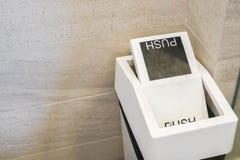 Witte bak om afval in hoteltoilet te duwen stock afbeeldingen