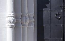 Witte baksteenparels en ijzerdeur royalty-vrije stock fotografie