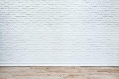 Witte bakstenen muur en plank houten vloer stock foto