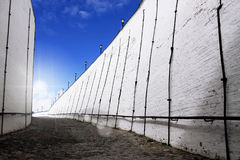 Witte bakstenen muur tegen blauwe hemel Stock Foto