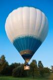 Witte ballon die in blauwe hemel vliegen Stock Foto's