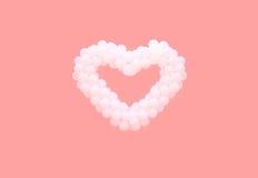 Witte ballons in vorm van hart die op roze achtergrond wordt geïsoleerd Liefde, valentijnskaart` s dag, verhoudingenconcept royalty-vrije stock foto