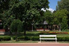 Witte bank in het park stock afbeeldingen