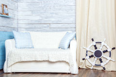 Witte bank met een stuurwiel Stock Fotografie